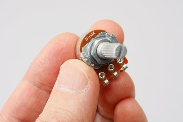 可変抵抗100KΩ(キロオーム) Bカーブ。ツマミを回すと中央の抵抗値が変化する