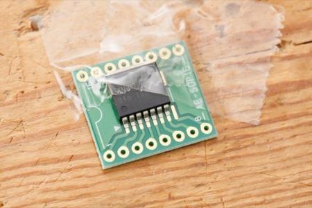 基板にBD6222HFPを載せ、テープでICが動かないようにテーブルに固定