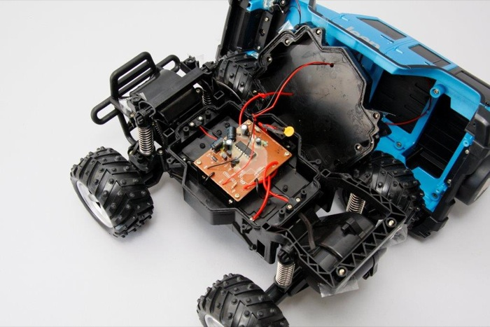 ラジコンカーをひっくり返し、バンパー側のネジを外して車体を取り去る