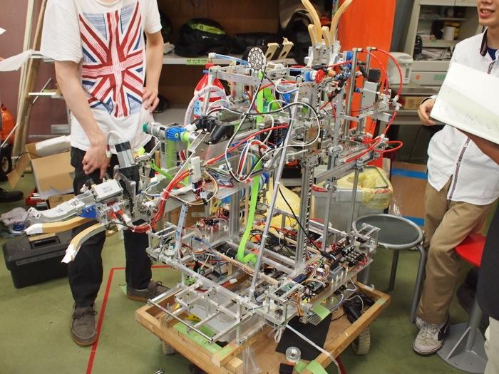 「NHK大学ロボコン2014」を制した親ロボット。その名も「MRO」(めっちゃ、ロボコン、おもしろいの略)