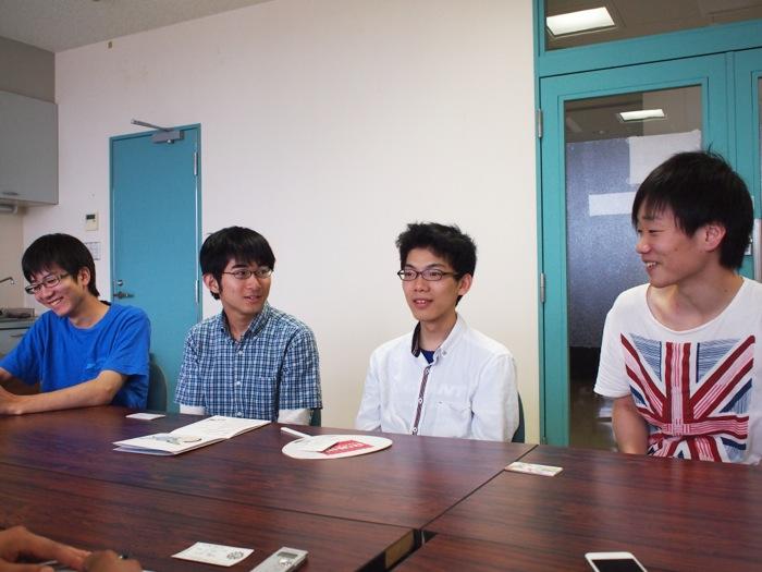 久野さん(右)に「高専とは全く人種が違う」と言われ戸惑うメンバー