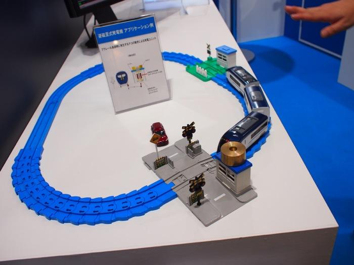 ショットモリテックス株式会社のブースの展示で見つけた、振動発電機のアプリケーション例。電車が通過する振動により発電し、過疎地の鉄道の信号機などの電源として利用されているそう。電車の模型に癒されてパシャリ!