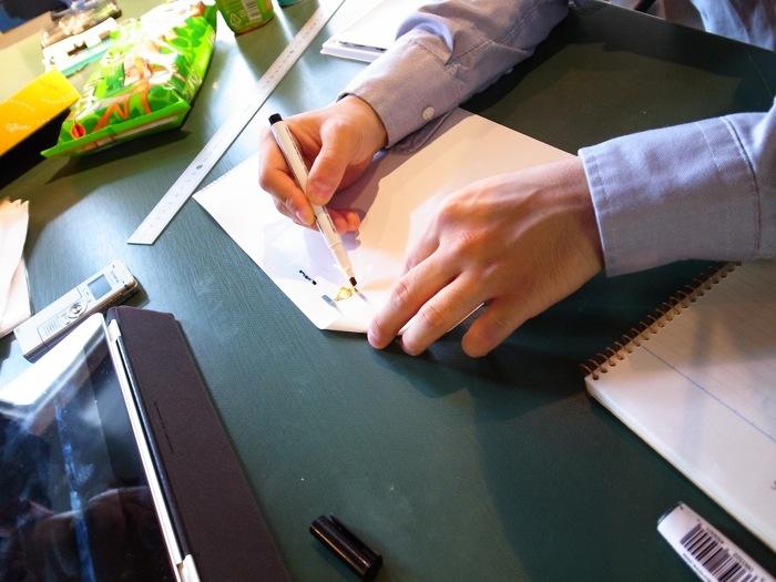 導電性ペンで電気回路を描く様子。インクの乾きも速く、描いてすぐ触っても手につかない。「導電性ペン」は1,200円(税込)。近日中にAmazonなどで販売予定。