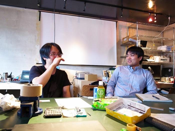 引っ越したばかりのオフィスにて。左より小笠原一憲さん、清水信哉さん。