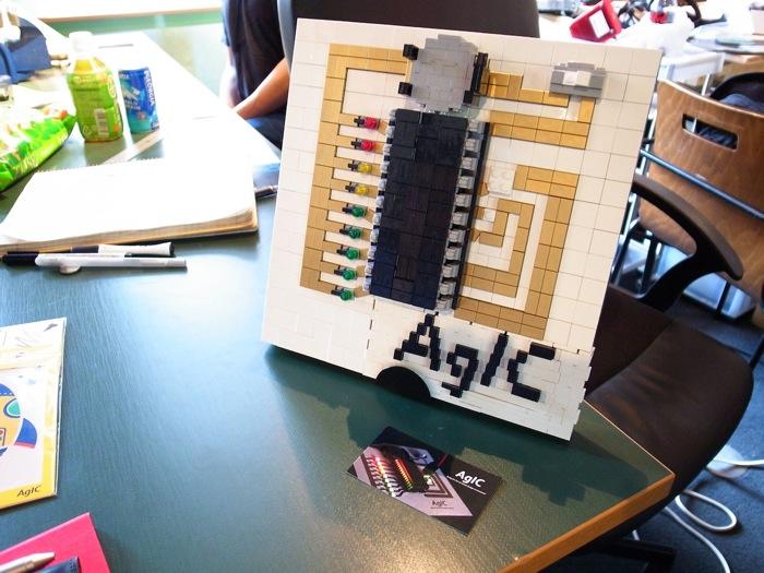 オフィスにはAgICの名刺やHPにある電子回路の写真を再現したレゴブロックも。清水さんの古くからの友人で、世界で13人目のレゴ認定プロビルダー・三井淳平さんがつくってプレゼントしてくれたという。