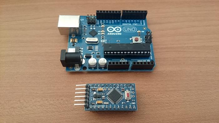 写真6 Arduino UNO(上)とArduino Pro mini(互換機)(下)