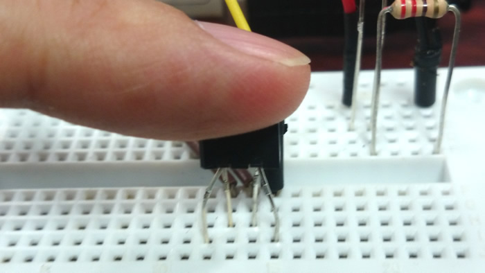 写真6 フォトリフレクタに指を置いて脈拍を調べる