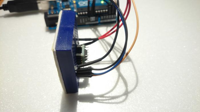 写真4 X軸を右に傾ける = -1g(Arduino側は724)