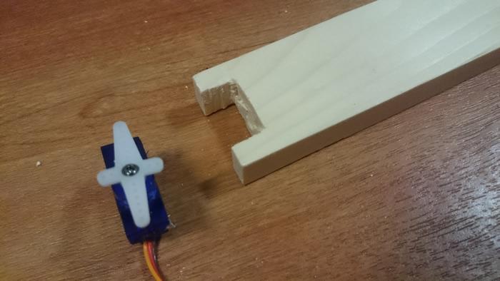 写真5 持ち手にサーボモータが入るように糸ノコで加工。