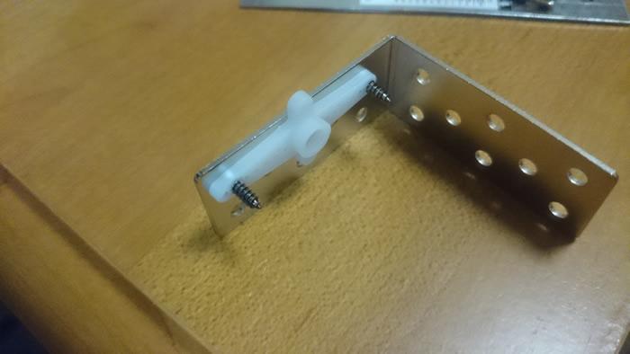 写真7 サーボモータと金属部品を接続〜穴をうまく活用してネジで接合(裏)