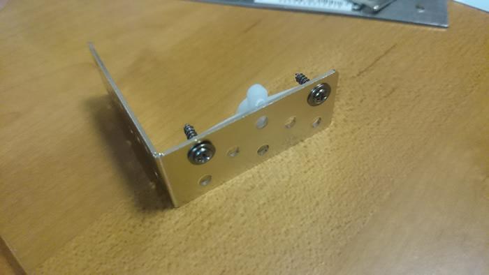 写真8 サーボモータと金属部品を接続〜穴をうまく活用してネジで接合(表)