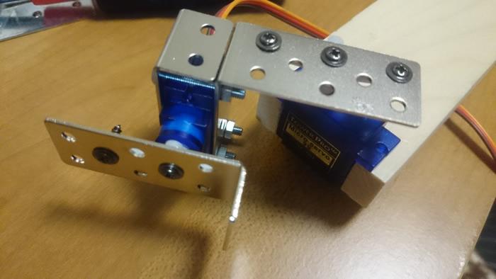 写真11 ビスとナットで固定して、二つ目のサーボモータに台座も設置