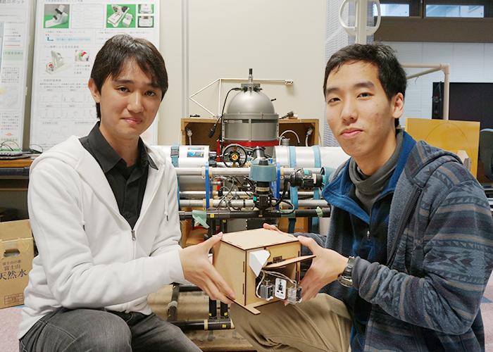 後ろにあるのは水中ロボット。河島さんの研究室のもの。