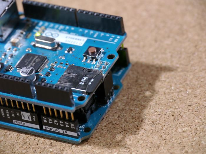 写真2 イーサネットシールドにmicro SDカードを装着