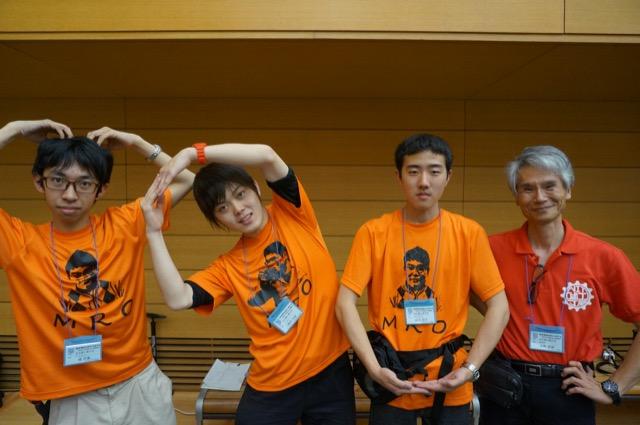 写真左より楊将貴さん、柴田大地さん、麻生政司さん、水野直樹先生