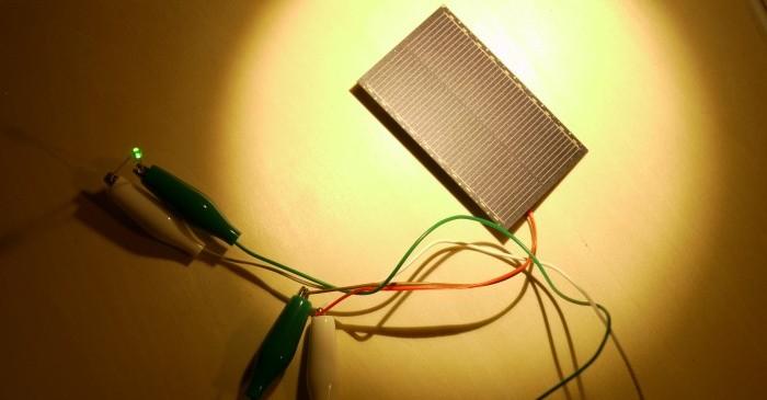 写真4.ソーラーパネルにLEDを接続