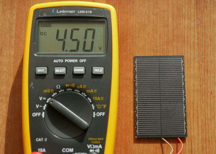 図1.快晴時にソーラーパネルの電圧を測る