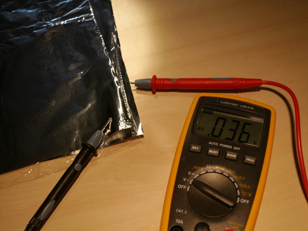 写真3.電池から電流を流したあと、電圧を測ってみると…
