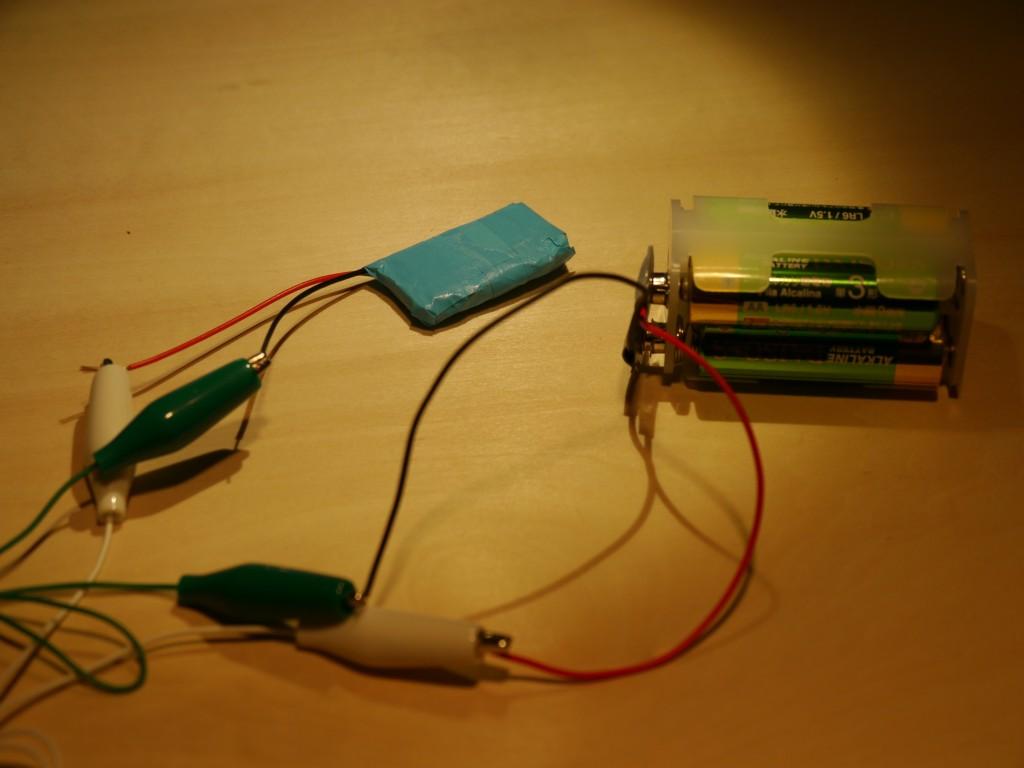 写真7.自作コンデンサに電気をためる