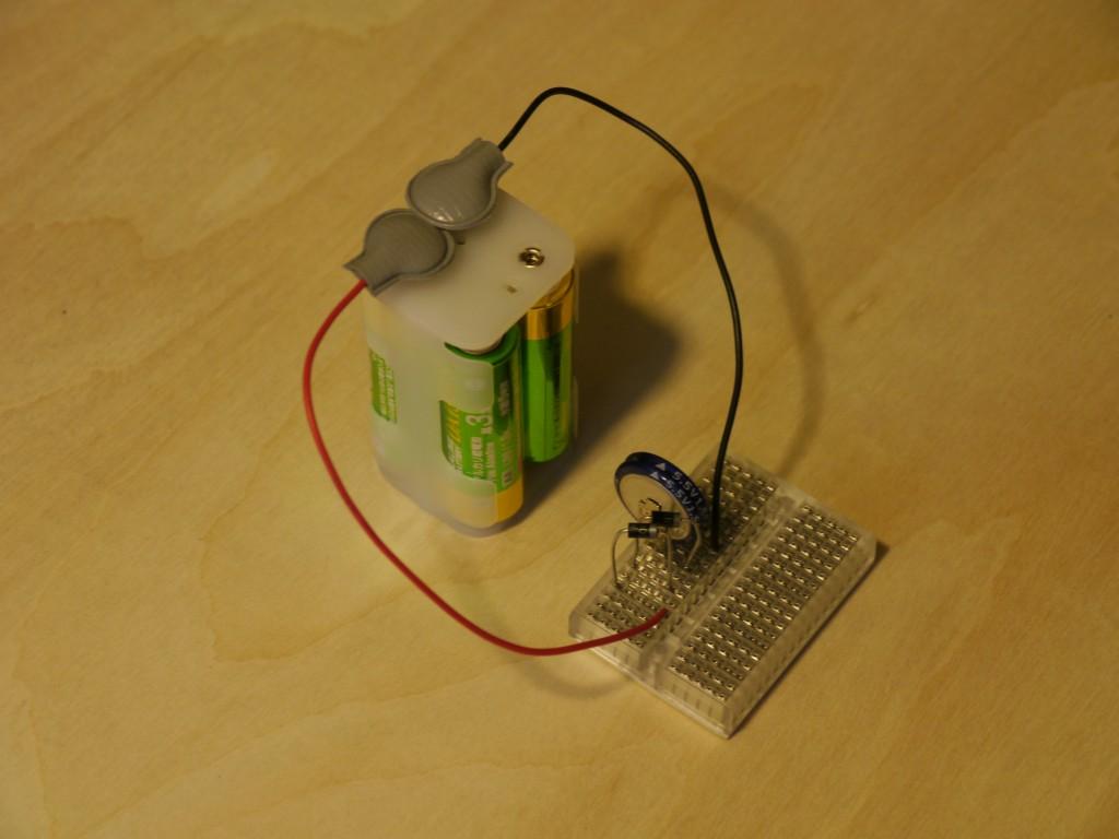 写真8.電池から電気二重層コンデンサに充電