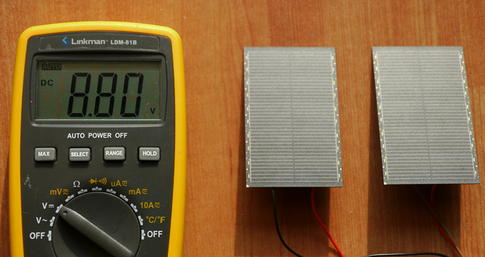 写真4.ソーラーパネルを2枚直列で接続