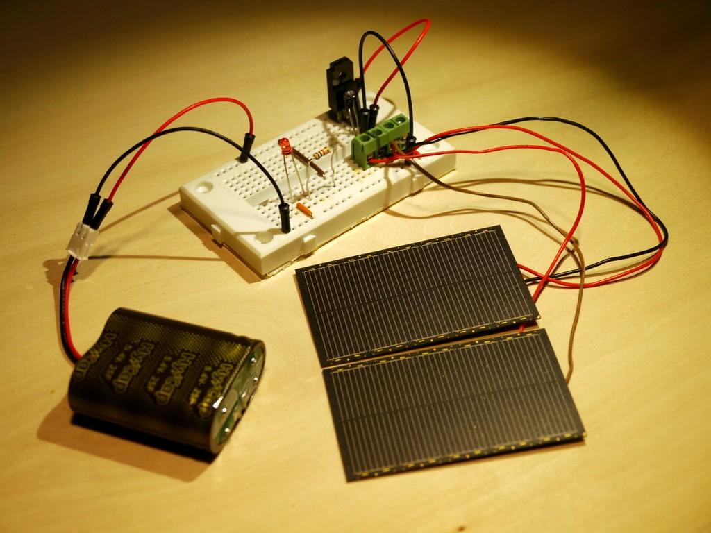 写真2 ソーラーパネルと電気二十層コンデンサの充電回路