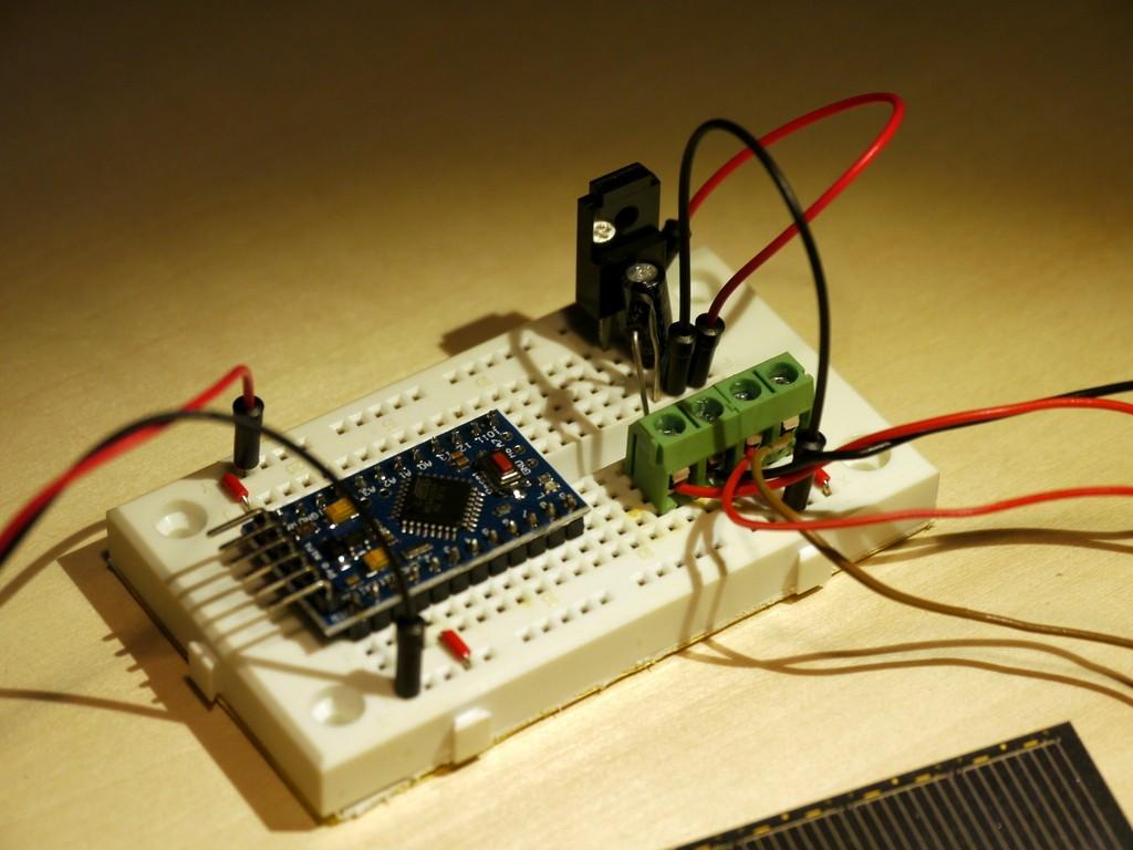 写真3 ソーラーパネルと電気二十層コンデンサによるArduino動作回路