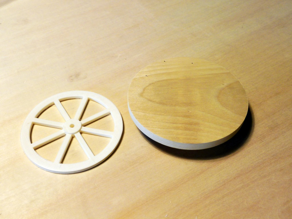 写真1 円形の木板と3Dプリンターで出力したタイヤ