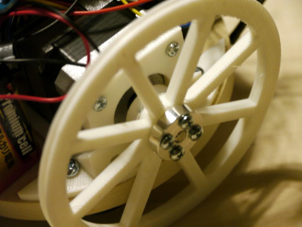 写真3 タイヤは軸と滑らないようにネジで固定