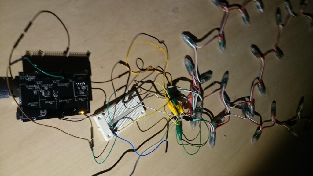 写真2 Arduino本体から伸びるLEDテープ
