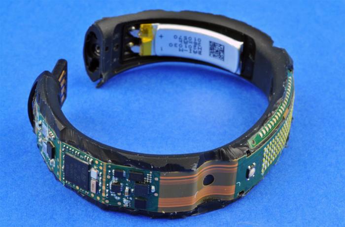 図1:ナイキ活動量計Nike+ FuelBand SE WM0110-003の内部:Flexible Circuit Technologies社製フレキシブル基板