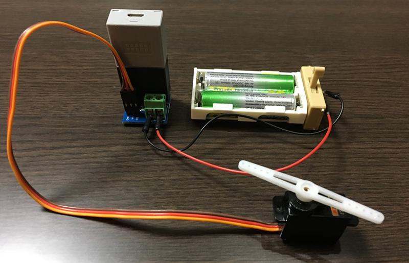 電源プラグに乾電池などの電源をつなぐ