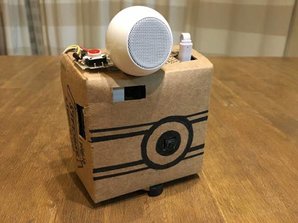 スピーカーを使ってこのデバイスに口を付け、画像解析した結果をしゃべってくれる面白いカメラ