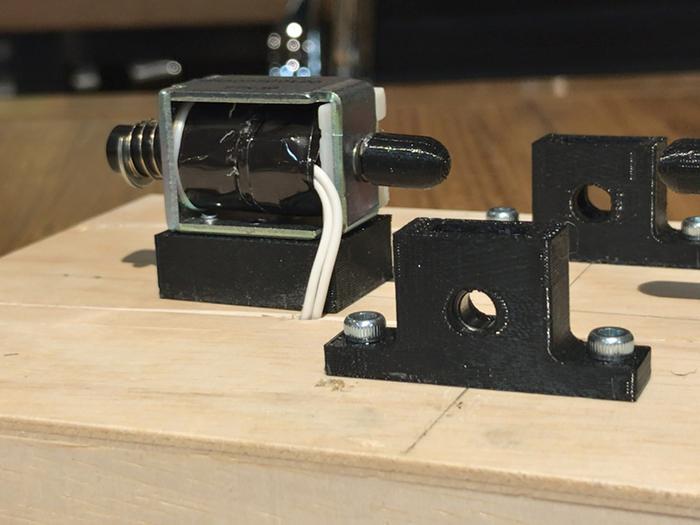 ソレノイドと3Dプリントした軸受け部品を土台に取り付けます
