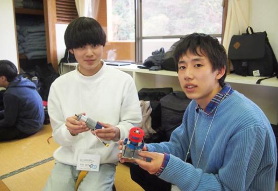 徳山高専 藤本樹宗さん・写真右。左は同校の則安聡至さん