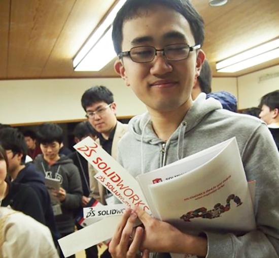 高専生たちは、ステッカーを貰って大興奮。