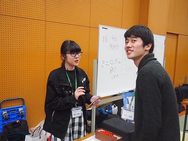 さりげなく幹事をサポートする皿谷前代表(右)と、今年度の副代表で2020年度の代表となる舞鶴高専の梅本碧海(たまみ)さん(左)。