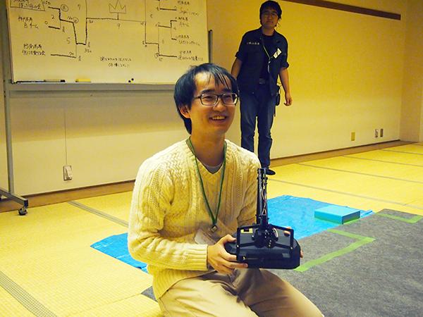 優勝者として祝福を受ける、府大高専「ぼっちOBの会」の安藤太一先生。