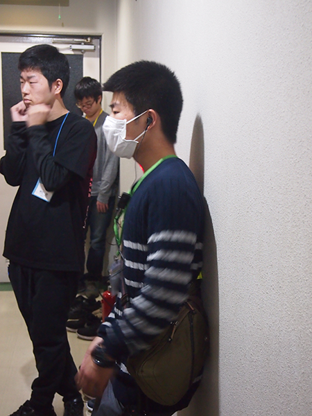 廊下から様子を見守りつつ、状況確認しているプレゼン担当幹事の西村祐輝さん(岐阜高専)。