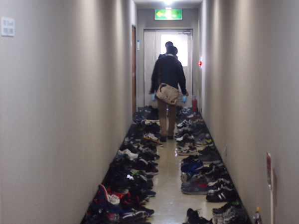 廊下に並んだみんなの靴に、消臭剤を吹きかけていく幹事。これも今までの経験から得られたノウハウ?